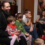 Священник Александр Казаченко с воспитанниками приюта